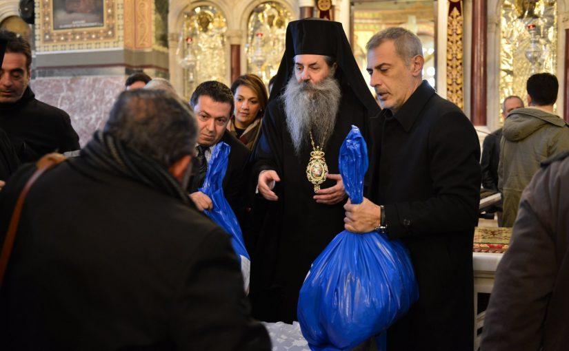 Εόρτια Χριστουγεννιάτικα δέματα από την Ιερά Μητρόπολη Πειραιώς στους φτωχούς και άνεργους αδελφούς μας