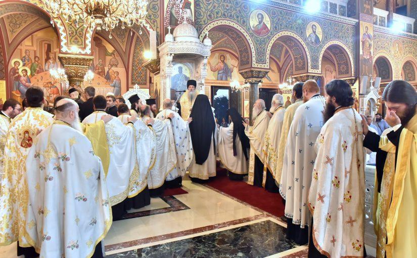 Η Ακολουθία του Εσπερινού στον Πανηγυρίζοντα Καθεδρικό Ιερό Ναό Αγίας Τριάδος Πειραιώς.