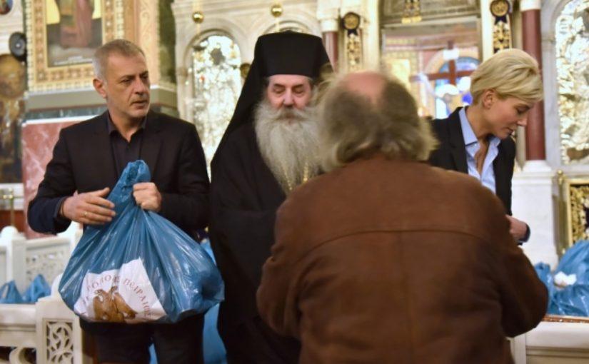 7.5000 Δέματα Αγάπης από την Μητρόπολη Πειραιώς. Για ακόμα μία φορά ο κ.Ευάγγελος Μαρινάκης αρωγός στο φιλανθρωπικό έργο της Μητροπόλεώς μας.