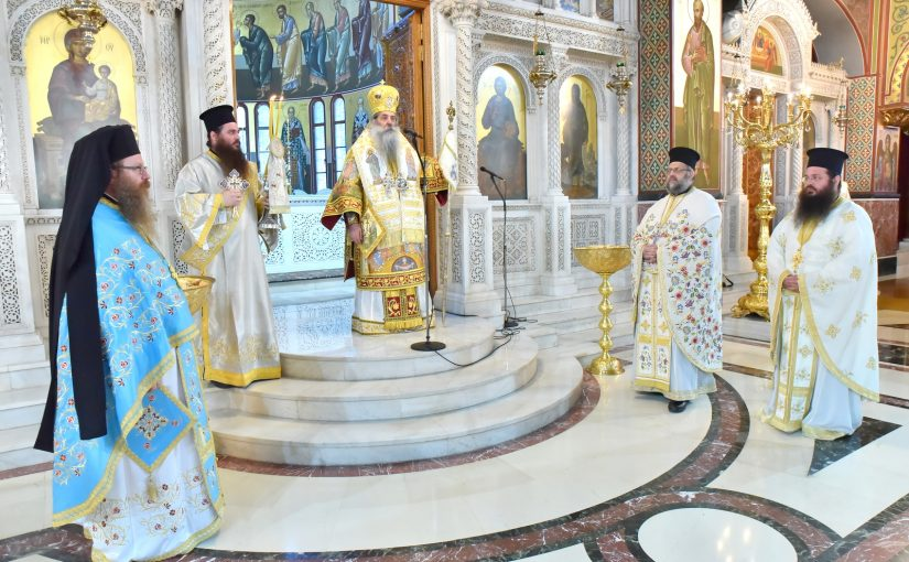 Η Κυριακή της Πεντηκοστής στον Καθεδρικό Ιερό Ναό Αγίας Τριάδος Πειραιώς.